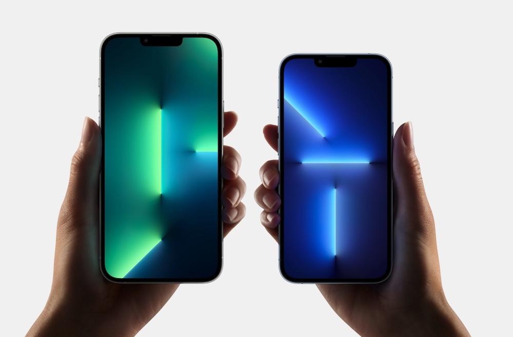 iPhone 13 Pro Max à gauche et iPhone 13 Pro à droite dans les mains d'une femme